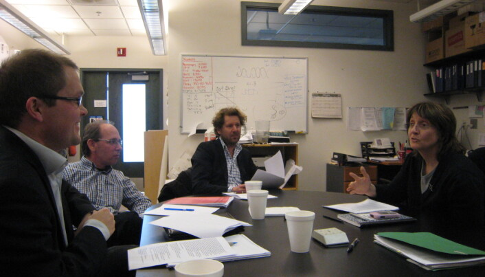 Her er norske nervrologispesialister på besøk i Atlanta hos Helen Mayberg i 2010. (Fra venstre: Erlend Bøen, Stein Andersson (nevropsykolog), Jon Ramm-Pettersen (nevrokirurg) og Helen Mayberg. Fotograf er Ulrik Malt, som tok initiativ til møtet.