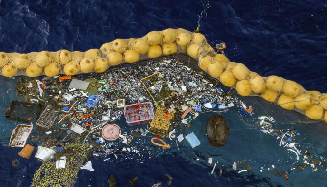 Her ser du en oppryddningsaksjon gjennomført av The Ocean Cleanup i Stillehavet mellom California og Hawaii. Store mengder plastsøppel i forskjellig størrelse har havnet i lensen. Foto: The Ocean Cleanup via AP