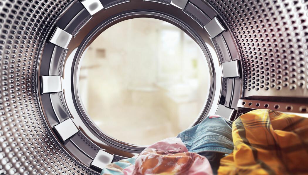 Forskere sporet resistente bakterier til en vaskemaskin som ble brukt til å vaske pasienters klær. Kan slike bakterier gjemme seg i maskinen din?