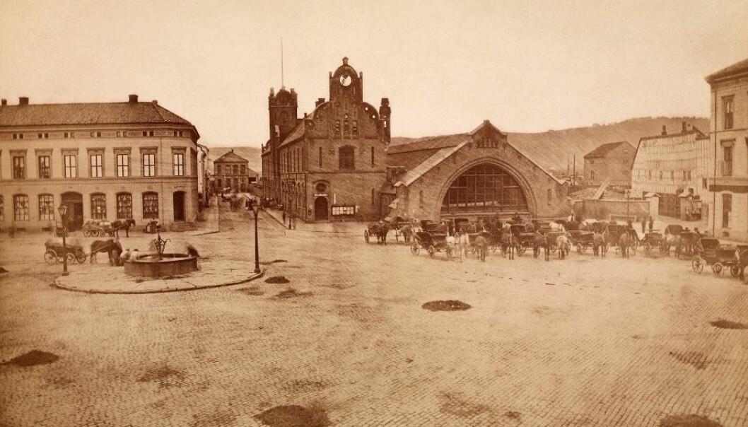 Christiania hovedbanestasjon, ca. 1875. Norges første jernbanestasjon.  (Foto: Per Adolf Thorén, Oslo museum)