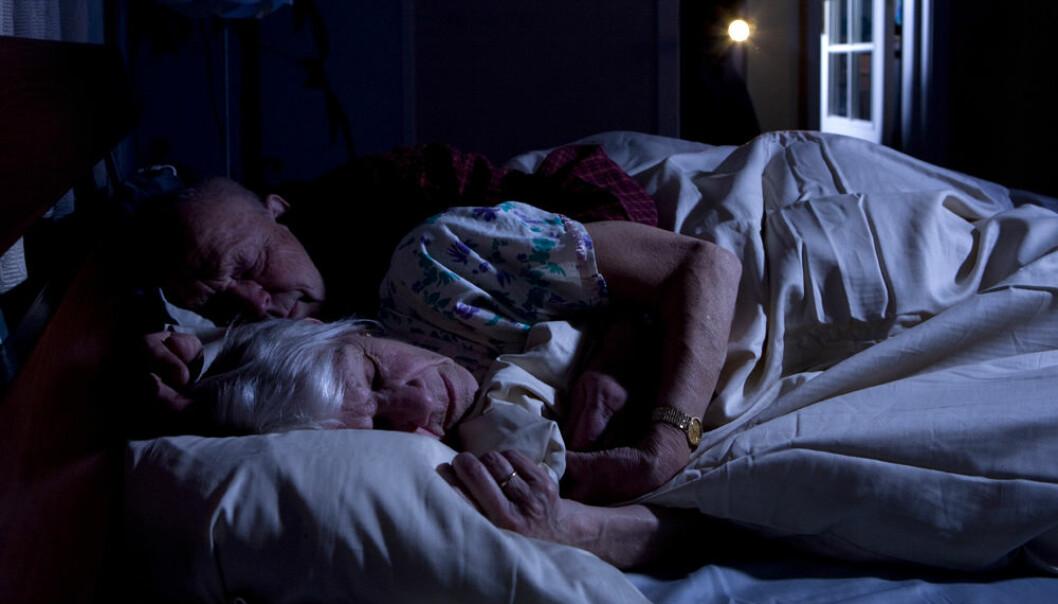 Når det blir færre hemmende nerveceller i en del av hjernen, blir eldre og demente mennesker mer oppspilte og får søvnproblemer, tyder en amerikansk undersøkelse på. (Illustrasjonsfoto: www.colourbox.no)