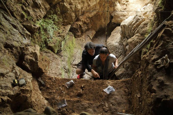 Tom Higham og Katerina Douka i en av hulene hvor neandertalerfunn er gjort. (Foto: Thomas Higham)