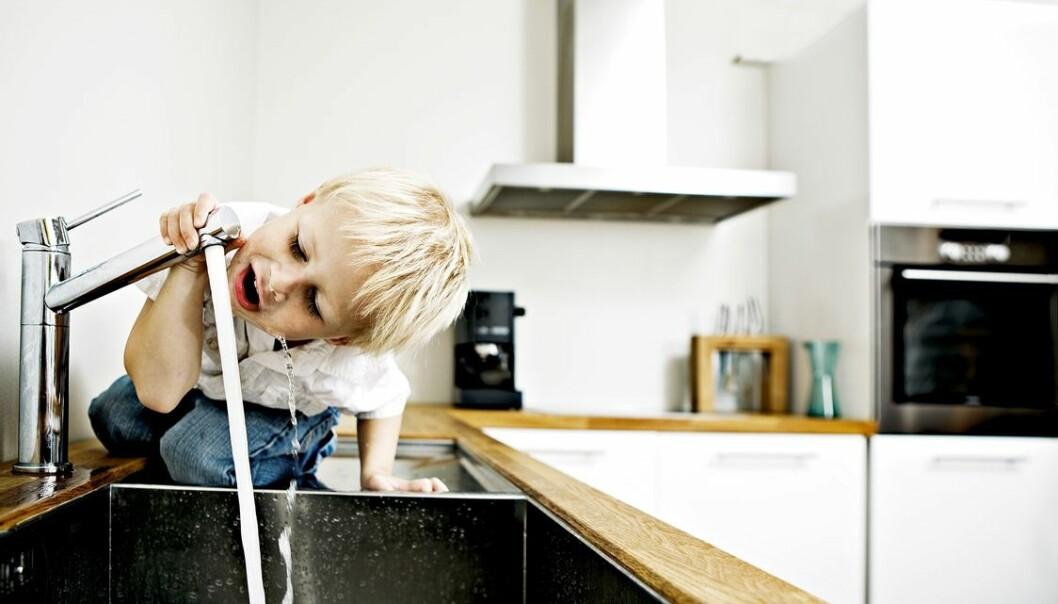 Vi tar det for gitt at vann fra springen er ok å drikke i Norge.  (Foto: Geir Mogen/NTNU)