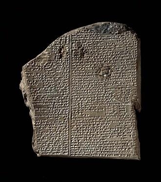 Denne leirtavlen med kileskrift inneholder en del av eposet om Gilgamesh som ble funnet i Ashurbanipals kongelig bibliotek. (Bilde: Offentlig eiendom)