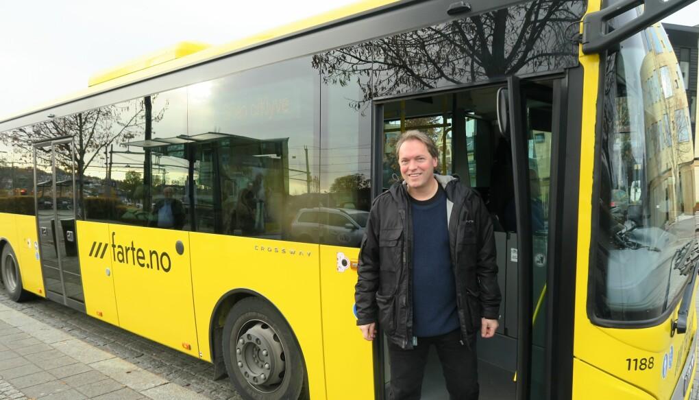 Folk som bor i tettbygde strøk i Norge, kan i stor grad reise kollektivt og derved kutte mye ned på bilbruken. Selv tar professor Lars-Andre Tokheim nå bussen til jobb for å redusere bilbruken. (Foto: Ingvild Gjone Sildnes)