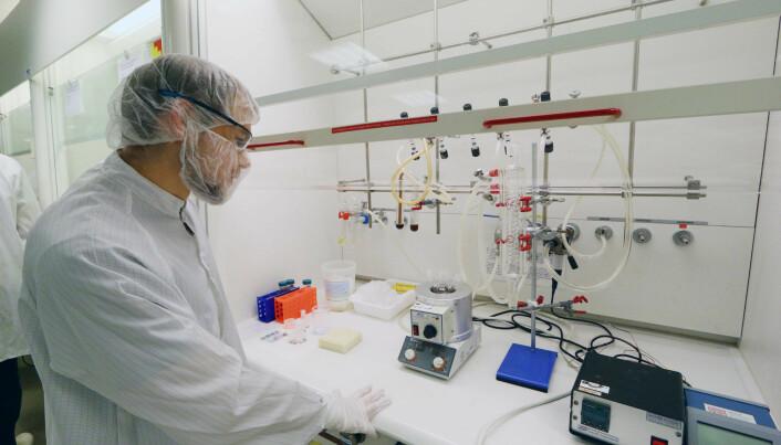 """Verner Håkonsen's """"nano kitchen"""", where he cooks up magnetite nanocubes at NTNU's NanoLab. (Photo: Nancy Bazilchuk/NTNU)"""