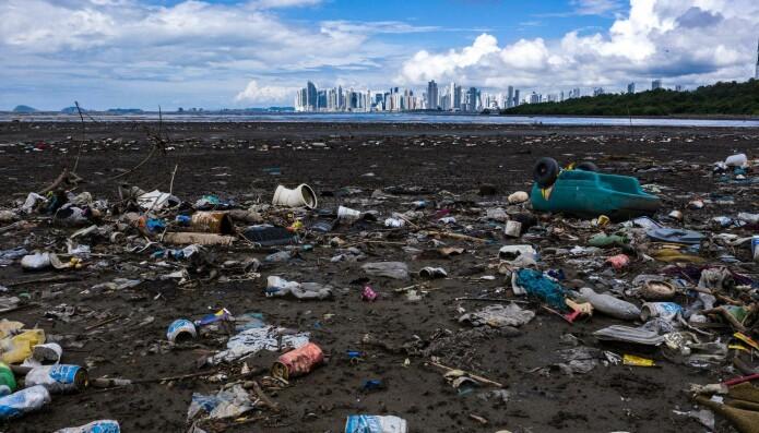 Her ser du mengder med søppel, mye av det plast i strandlinjen til en havn i Panama. (Foto: Luis ACOSTA / AFP, NTB Scanpix)