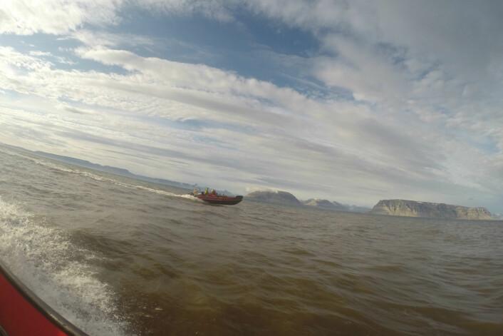 Isfjorden I båt, med Tempelet i bakgrunnen. (Foto: Aubrey Roberts)