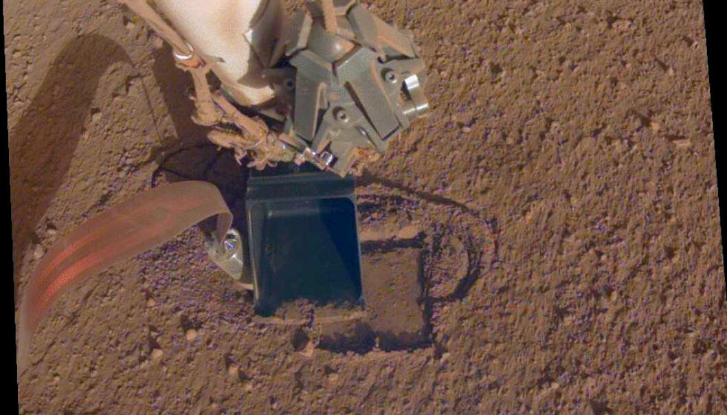 Øsa klemmer mot muldvarpen, et voila! Instrumentet er et par centimeter nærmere målet. (Foto: NASA/JPL-Caltech)