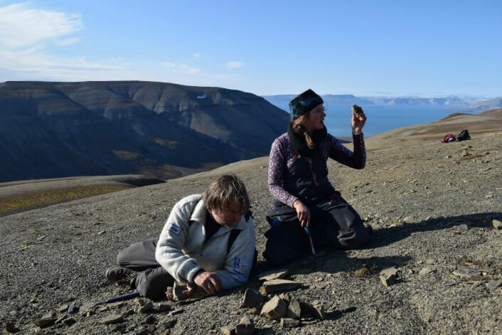 Aubrey og Jørn som børster overflaten av beinlage. (Foto: Victoria Engelschiøn Nash)