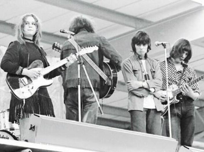 Sandy Denny på scenen med Fairport Convention i 1968. (Foto: (Platecover))