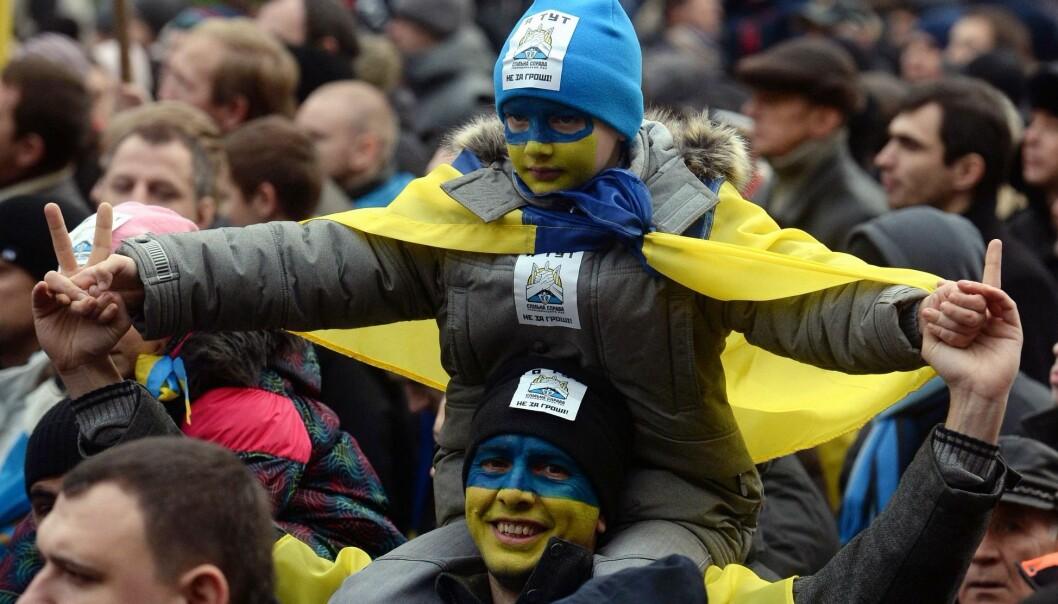 Folk i Russland og Ukraina skiller seg klart fra resten av Øst-Europa i synet på utviklingen de siste 30 årene. De er minst positive til innføring av demokrati og kapitalisme. De er også minst fornøyd med livene sine. Bildet er fra en pro-EU demonstrasjon i Ukraina i desember 2013. (Foto: Vasily Maximov/AFP/scanpix)
