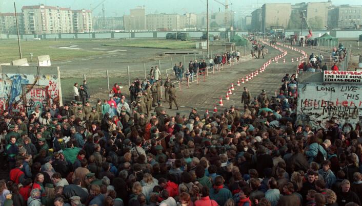 Torsdag 9. november 1989 ga regimet i DDR (Øst-Tyskland) etter for presset og lot folk få strømme gjennom den 45 kilometer lange betongmuren som skilte Øst-Berlin og Vest-Berlin. Det offisielle formålet med muren var å beskytte DDRs befolkning mot «vestlig fascisme». Det egentlige formålet hadde vært å hindre at innbyggere rømte landet. (Foto: Jørn H. Moen / Scanpix.)