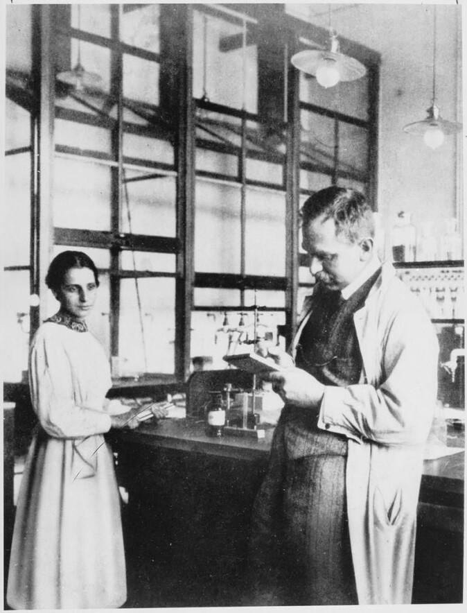 Lise Meitner (til venstre) og kollegaen Otto Hahn (til høyre). (Foto: Wikimedia Commons/Public Domain)