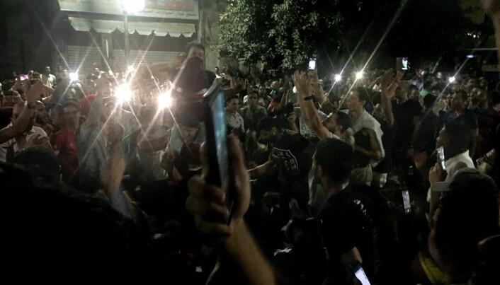 Demonstranter holder opp mobiltelefonene sine under en demonstrasjon i Kairo, Egypt, for to uker siden. Internett kan brukes til overvåking og undertrykkelse av innbyggerne i et land. Men det kan – under rette omstendigheter – også brukes av dem som gjør opprør, viser denne nye studien. (Foto: Nariman El-Mofty/AP(NTB scanpix)