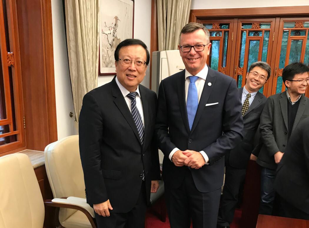 UiB-Rektor Dag Rune Olsen og President ved Peking University, Hao Ping signerte avtale. (Fotograf: Atle Rotevatn, UiB)