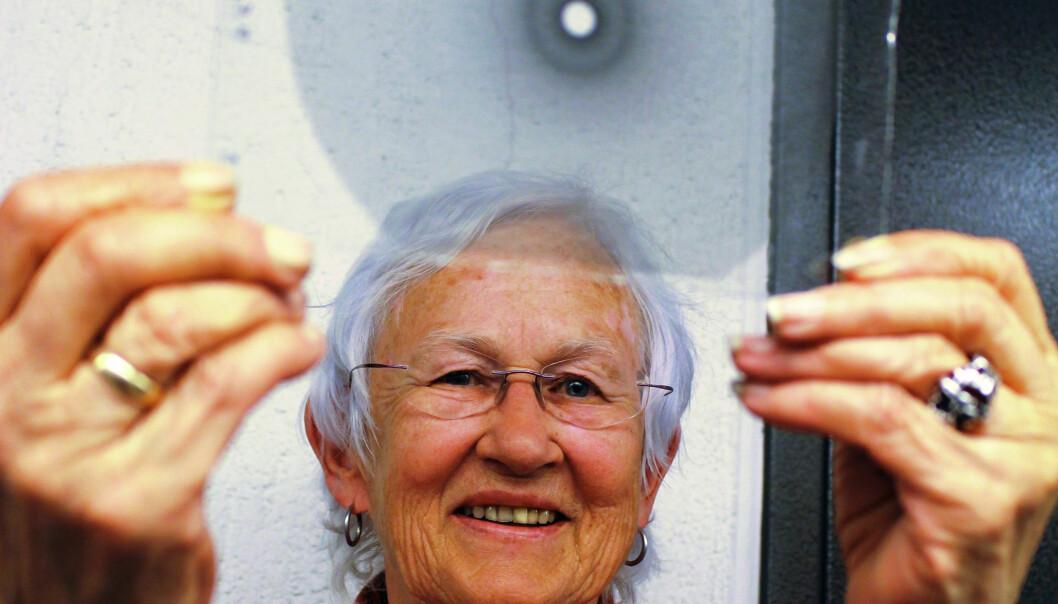 Kari Kveseth med en av glassplatene som er tatt vare på etter Odd Hassels og Otto Bastiansens forskningsmiljø, og som ble brukt til å avsløre kjemiske forbindelsers romlige struktur. (Foto: Bjarne Røsjø / UiO).