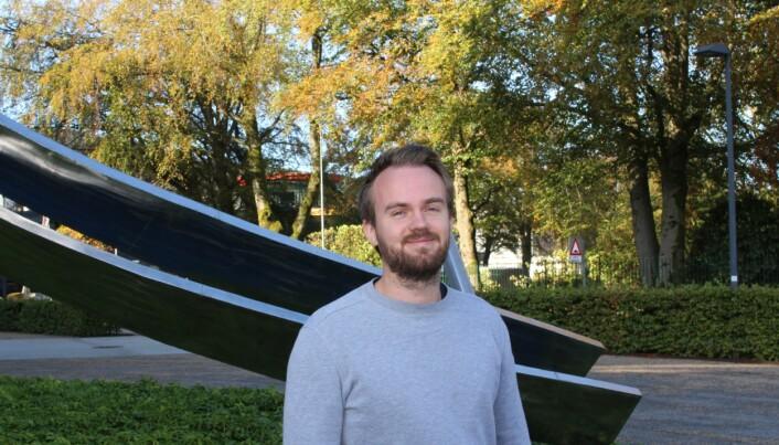 Håkon Tjeldnes er stipendiat i bioinformatikk, en forskningsgren der man bruker datakraft for å nyttiggjøre seg tilgangen på enorme mengder biologiske data. Fagfeltet har bidratt til store fremskritt i blant annet individuelt skreddersydd kreftbehandling og forståelsen av arvelige sykdommer. (Foto: Øystein Rygg Haanæs, UiB)