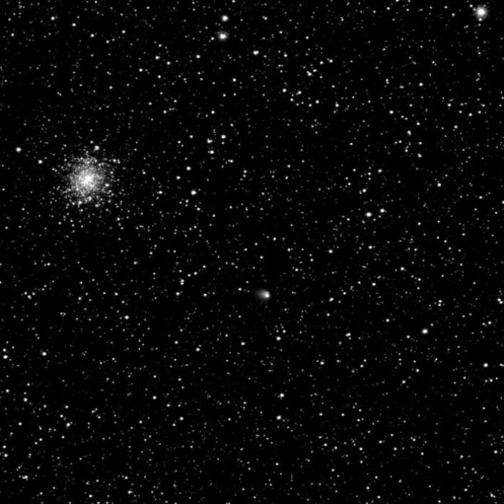 Slik så 67P (midt på bildet) ut den 30. april 2014. Da hadde en liten koma utviklet seg rundt kometen. (Foto: ESA)