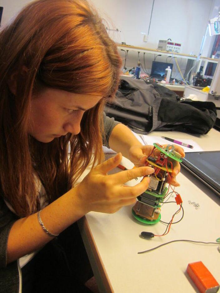 En deltaker på laget Carmen Sylva 1 fra Romania jobber med sin CanSat. (Foto: ESA)