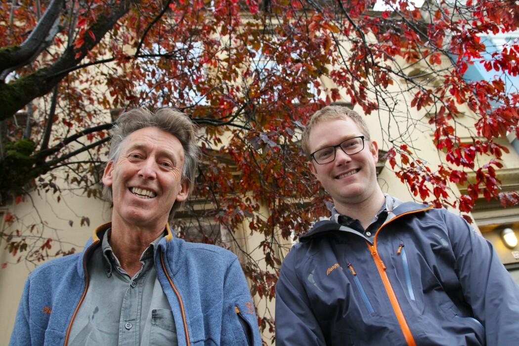 Øyvind M. Andersen og Helge Berland foran et tre i kirsebærslekten. Bak de røde fargene står det aktive plantestoffet antocyan. (Foto: Jens Helleland Ådnanes, UiB)