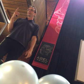 Førsteamanuensis Arne B. Sletsjøe holder foredrag på Realfagsbiblioteket Foto: Karoline Moe