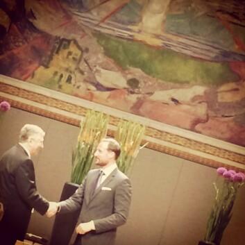 HKH Kronprins Haakon overrakk glasstrofeet til årets Abelprisvinner Yakov Sinai Foto: Karoline Moe