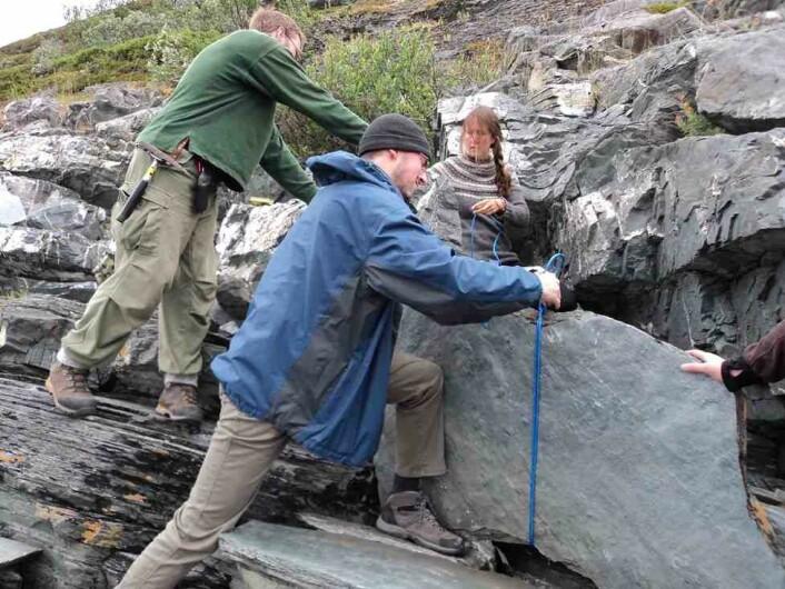 Sikring av ei svært blokk som ikke vil stå oppreist av seg selv. (Foto: Anette Högström)