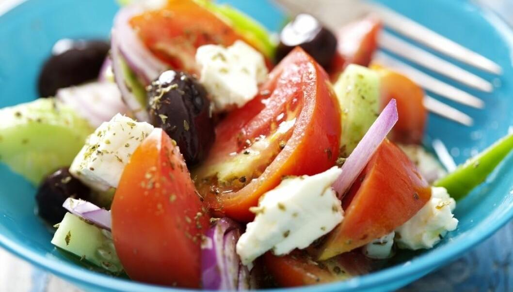 Middelhavsdietten går for å være sunn, men det hjelper ikke hvis folk spiser noe annet. Hvorfor spiser folk usunt, når de vet hva som er sunt? (Foto: Shutterstock)