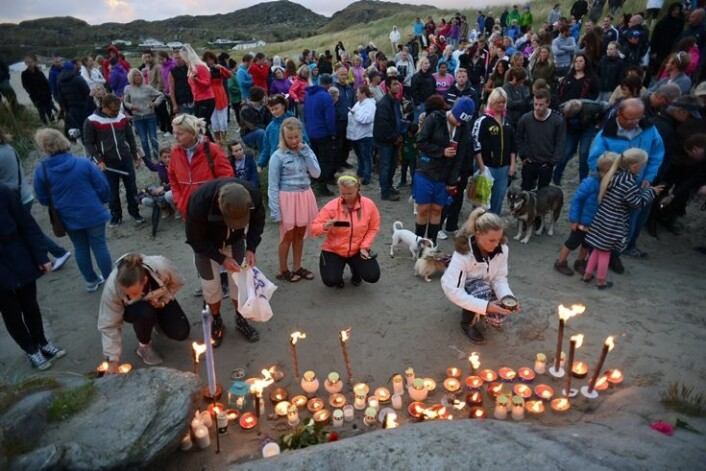 Over 1000 personer møtte fram til minnemarkeringen for hunden Tønes som ble skutt ved Hellestø havn søndag 3. august. (Foto: Stavanger Aftenblad Fredrik Refvem / NTB scanpix)