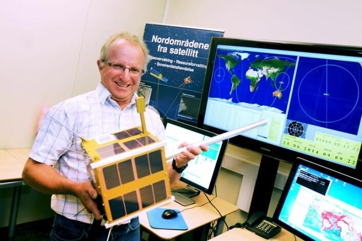Richard Olsen holder den nye AISSat-2. (Foto: FFI)