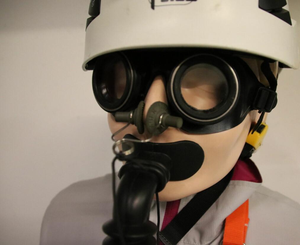 Dukken på veien inn til CMS har på seg verneutstyr – en liten påminner om at ting kan gå galt. (Foto: Lasse Biørnstad)