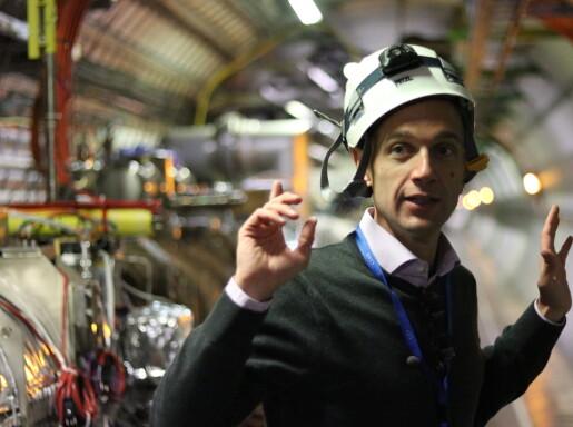 Matteo Solfaroli forklarer hvordan LHC virker. (Foto: Lasse Biørnstad)