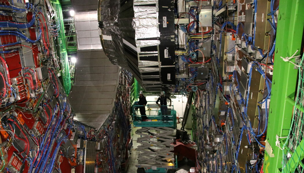 CMS er en koloss av en maskin, men kalles altså <i>Compact</i> Muon Solenoid, fordi selv om den er 15 meter høy og 21 meter lang, er den relativt kompakt med tanke på alt utstyret den rommer. (Foto: Lasse Biørnstad)