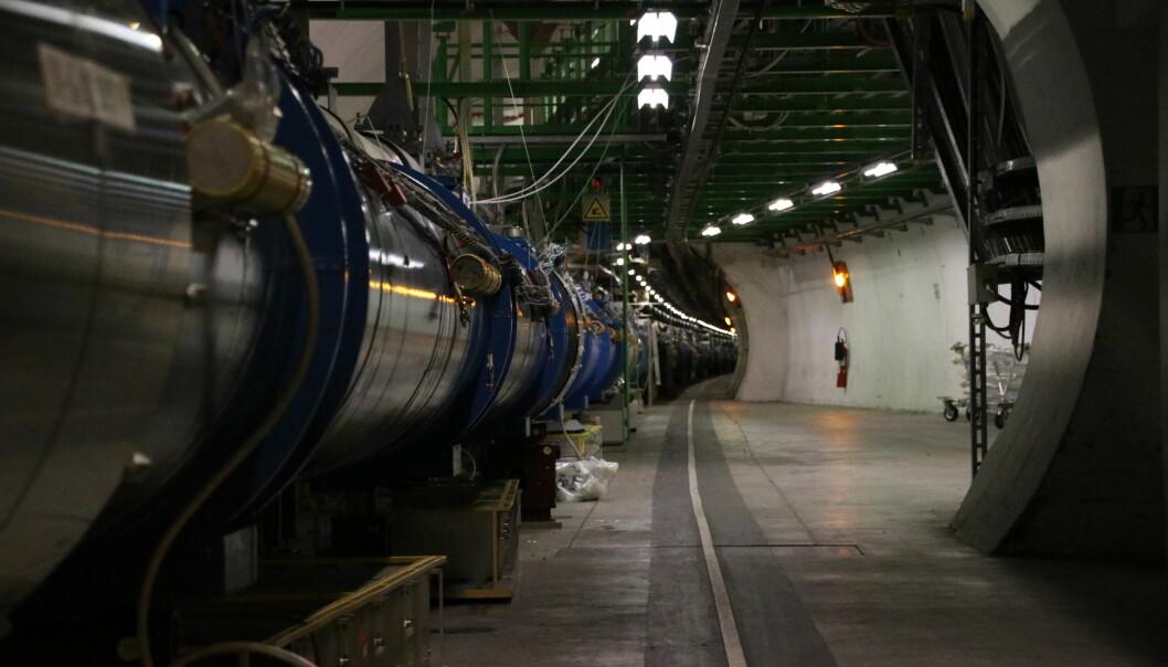 LHC strekker seg så langt øyet kan se. Tusenvis av magneter sørger for å presse partiklene sammen til en stråle, og sender strålene i riktig retning. (Foto: Lasse Biørnstad)