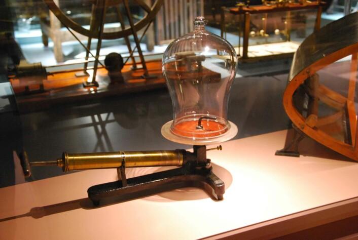 En gammel vakuumklokke, hvor luften under klokken kan pumpes ut for å lage et vakuum, men det er ikke tomt allikevel. (Foto: Kari Oliv Vedvik)