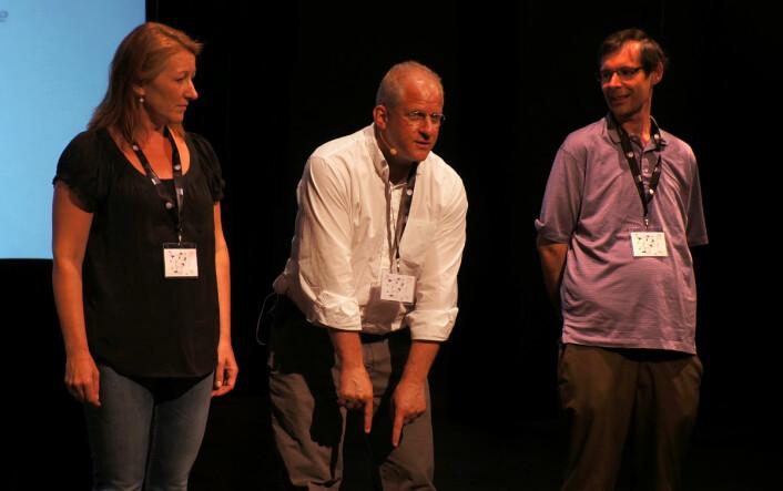 Dansetime i supersymmetri: Fysiker Charles Marcus fra Niels Bohr Instituttet forklarer dansetrinnene for to publikummere under forskerkongressen ESOF 2014 i København, 25. juni 2014. (Foto: Arnfinn Christensen, forskning.no)