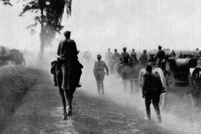 Russiske styrkar på veg mot Austfronten i 1917. (Foto: Wikimedia Commons / National Geographic Magazine)