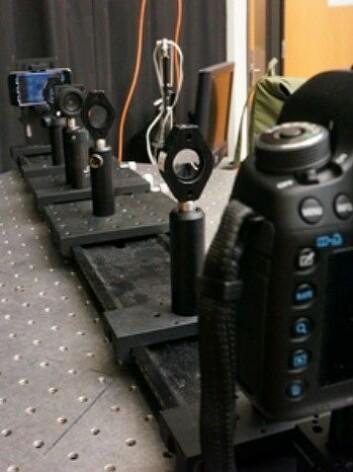 Forskere brukte et kamera og linser for å simulere et nærsynt øye. I andre enden hadde de en Ipod Touch med sin egen skjermteknologi. (Foto: MIT)
