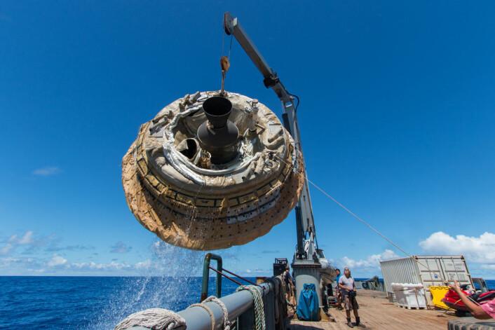 Etter forsøket 28. juni heises NASAs nye varmeskjold Low-Density Supersonic Decelerator opp i skipet Kahana etter landing i Stillehavet ved Hawaii. (Foto: NASA/JPL-Caltech)