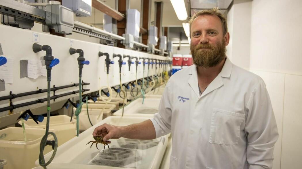 En av testdeltakerne vises frem av Ed Pope, leder av studien. (Foto: Swansea University)