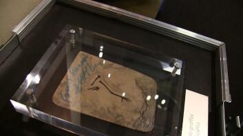 Qiliania graffini, den fossile fuglen som er oppkalt etter Greg Graffin fra Bad Religion, også signert av han. (Foto: Lasse Biørnstad)