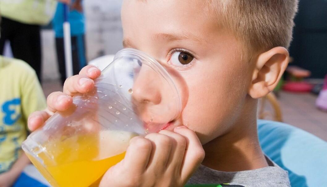 Sukkerholdig brus bidrar til at barn får i seg mer sukker enn anbefalt. Colourbox