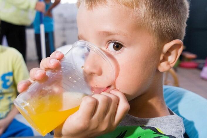 Sukkerholdig brus bidrar til at barn får i seg mer sukker enn anbefalt. (Foto: Colourbox)