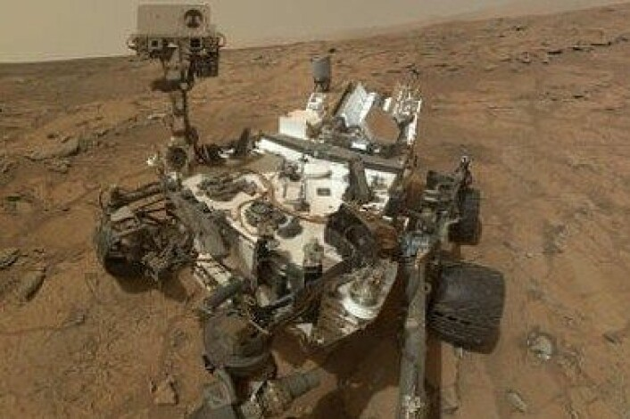 """Curisoity har også tatt noen selfies. Den gjør det med robotarmen, og tar et og et bilde som settes sammen. Dermed er heller ikke armen, eller """"selfiestangen"""" med på bildet. (Foto: NASA)"""