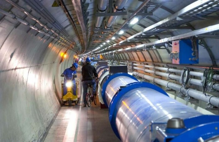 Tunnelen i Large Hadron Collider har en omkrets på 27 kilometer, og inneholder superledende magneter som akselererer protoner til en hastighet nær lysets. (Foto: Cern)