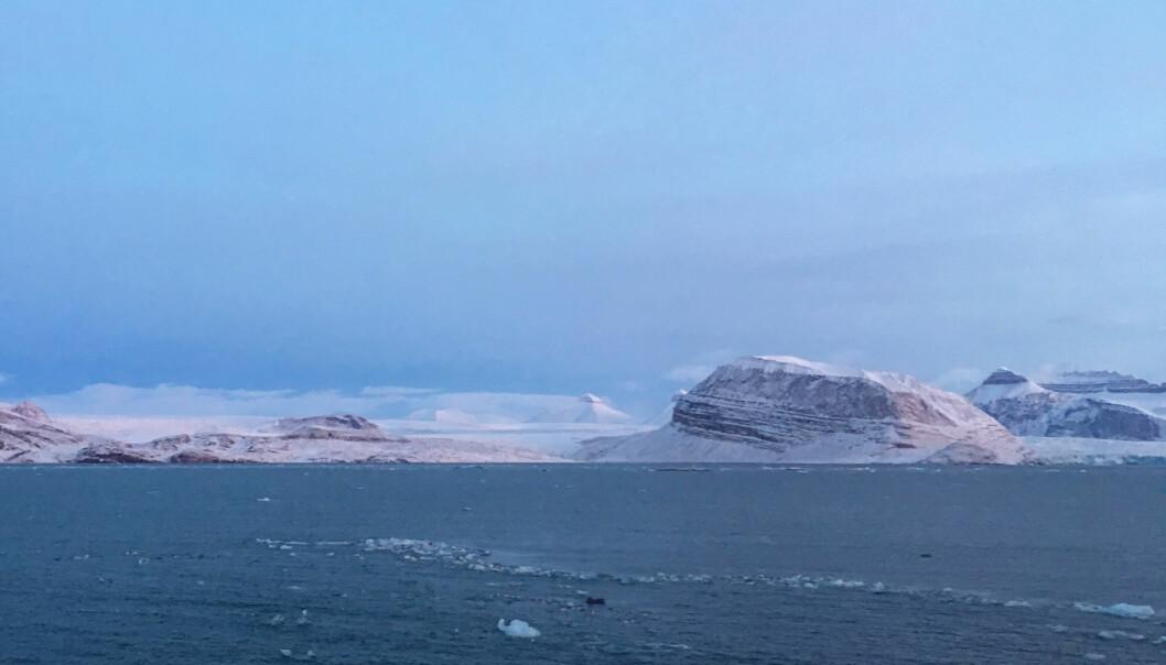Landskapet i Kongsfjorden er vakkert, trolsk, og kanskje litt melankolsk. Små isfjell fra de to tre breene Kongsbreen, Kronebreen og Kongsvegen driver langsomt forbi med tidevannsstrømmen mens de gir fra seg små lyder når de sprekker opp. Foto: Pål Buhl-Mortensen.