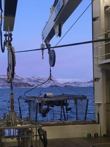 Videoriggen Chimaera på vei ut fra hangaren på G.O. Sars, med Ossian Sars fjellet og Kongsbreen, en av Kongsfjordens isbreer i bakgrunnen. Både skipet og fjellet er oppkalt etter Georg Ossian Sars som var en banebrytende havforsker på 1800-tallet. Foto: Pål Buhl-Mortensen.