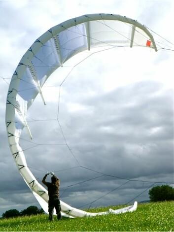 Kitemills tester av vanlige kiter til sportsbruk har vist at disse kan ha trekkrefter på over 4,5 tonn. En sports-kite kan i dag bringe kiteren opp i over 100 kilometer i timen eller 15 meter opp i lufta. Slike kiter er laget av sterke materialer og kan ha en overflate på opptil 20 kvadratmeter. Norge kan om noen år få hele parker av store flyvende drager (kiter) som produserer energi. (Foto: Kitemill)