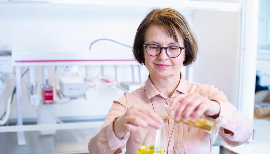 Forsker Bente Ruyter har lang erfaring med forskning på omega-3-kilder i fôr til laks, og ser nå at tilgangen på nye kilder kommer for fullt. (Foto: Joe Urrutia / Nofima).